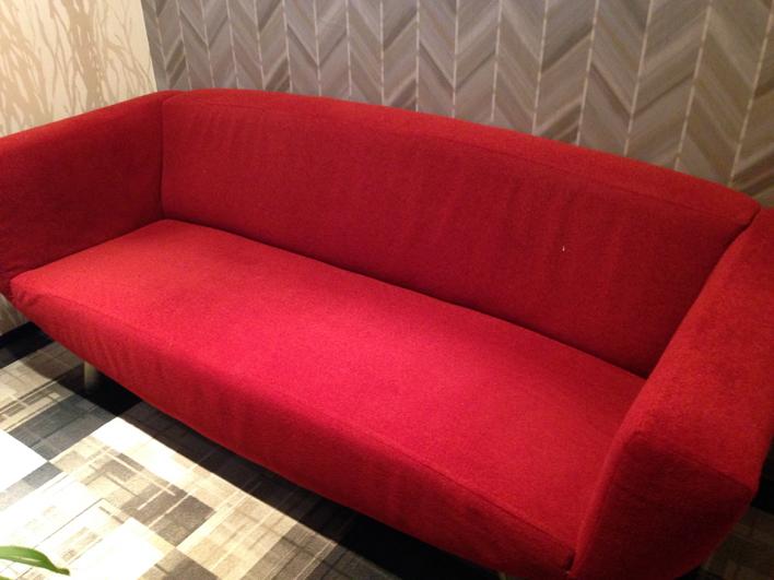 シースリー銀座店の待ち合いスペースのソファ