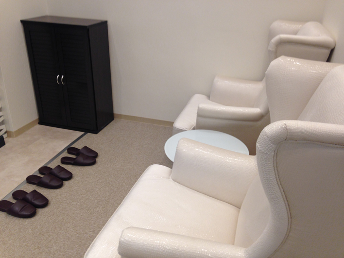 レジーナクリニックの受付前のソファ