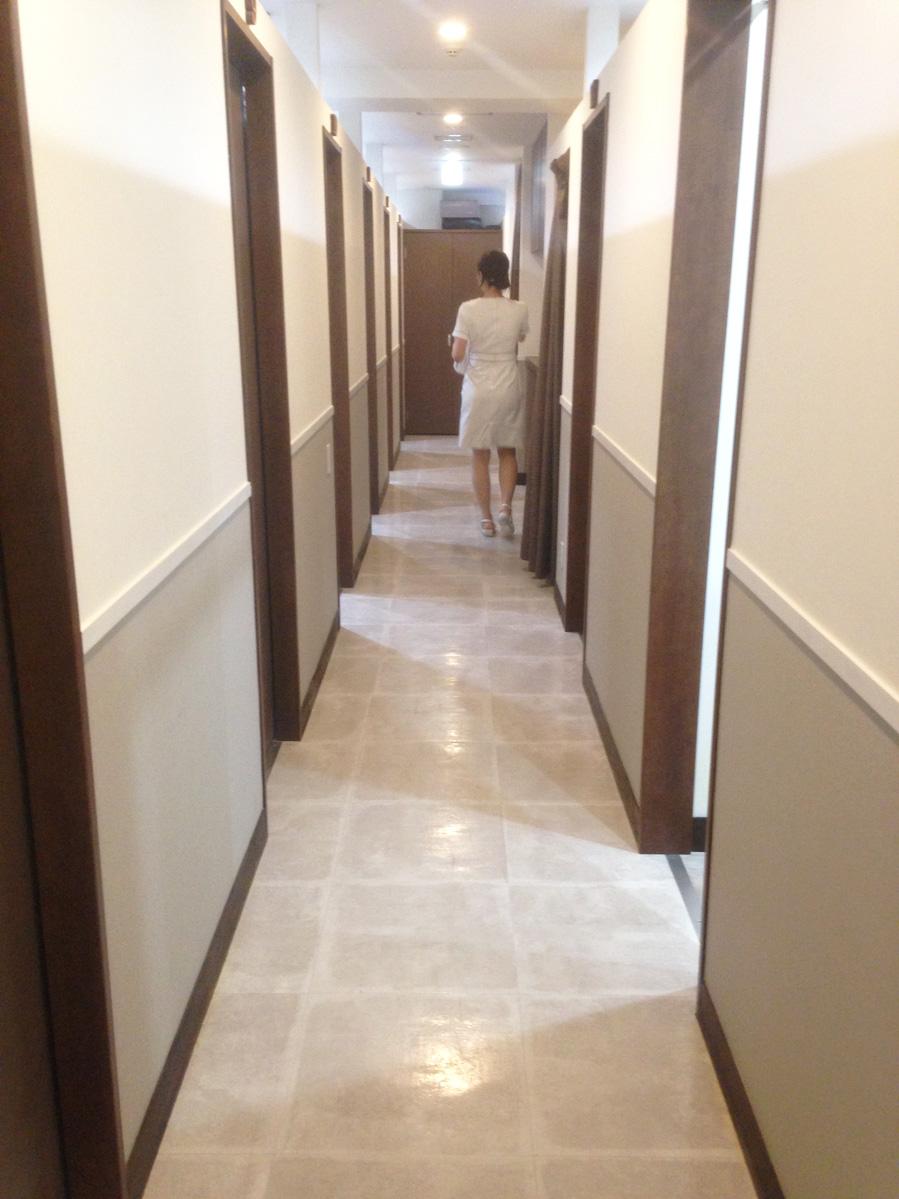 ブランクリニックの廊下